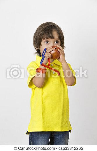 Chico feliz sosteniendo manzana - csp33312265