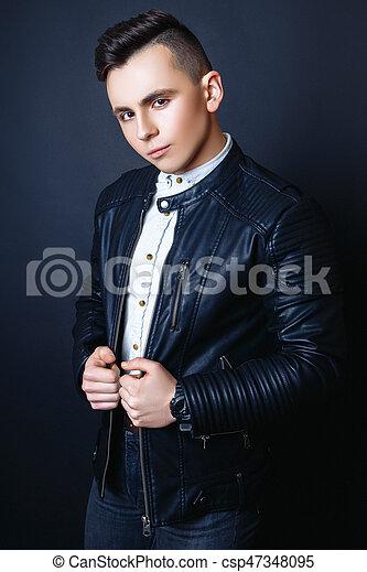 Foto de moda de joven modelo de fondo negro. boy posando