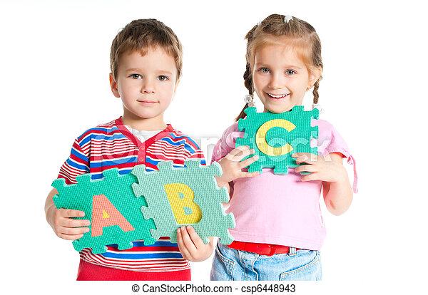 Niño y niña sosteniendo cartas - csp6448943
