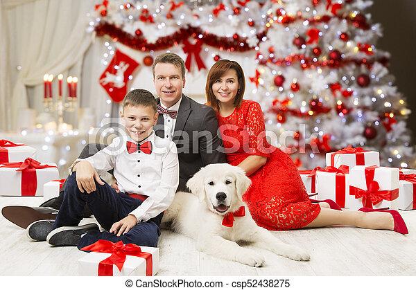 Gente Feliz En Navidad.Nino Nino Familia Gente Padre Traje Arbol Vestido Perro Ano Celebrar Madre Retrato Alino Nuevo Adornado Feliz Navidad Navidad