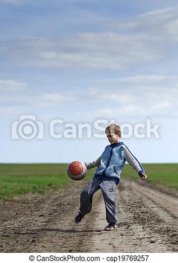 Chico jugando con una pelota - csp19769257