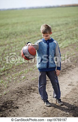 Chico jugando con una pelota - csp19769197