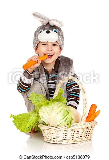 Un niño vestido de conejo - csp5138079
