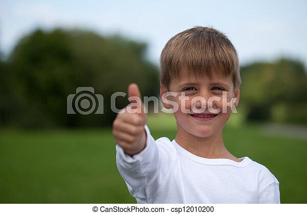 Pequeño niño mostrando pulgares hacia arriba - csp12010200