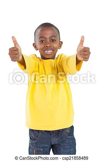 Niño feliz mostrando pulgares arriba - csp21858489