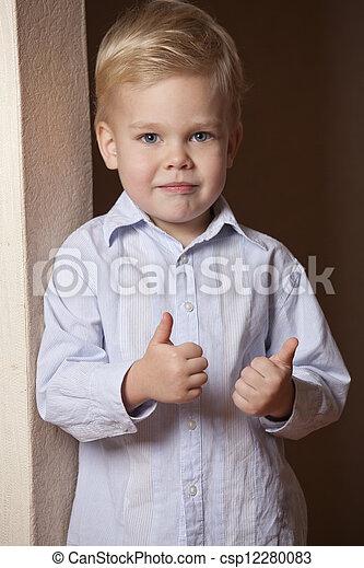 Niño con pulgares hacia arriba - csp12280083