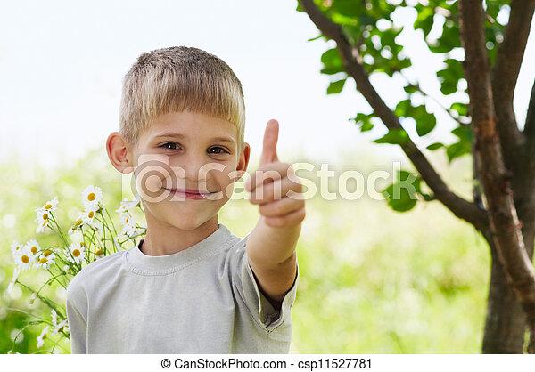 El niño tiene pulgares arriba - csp11527781