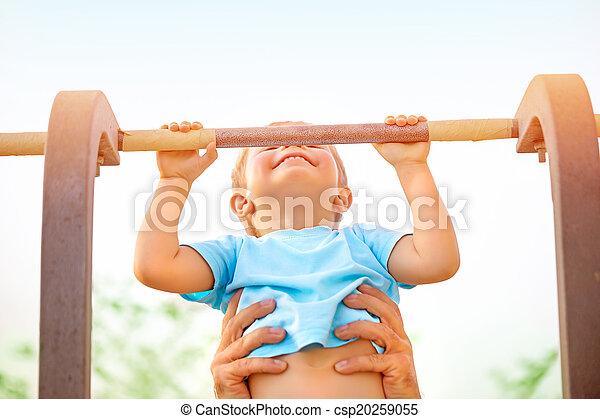 Niño pequeño ponerse al día en la barra horizontal - csp20259055