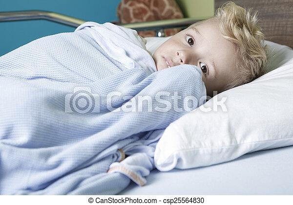 niño, poco, cama del hospital, enfermo - csp25564830