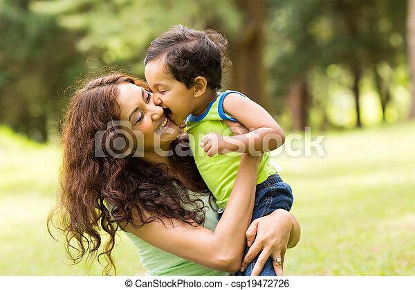 niño, poco, feliz, besar, madre - csp19472726