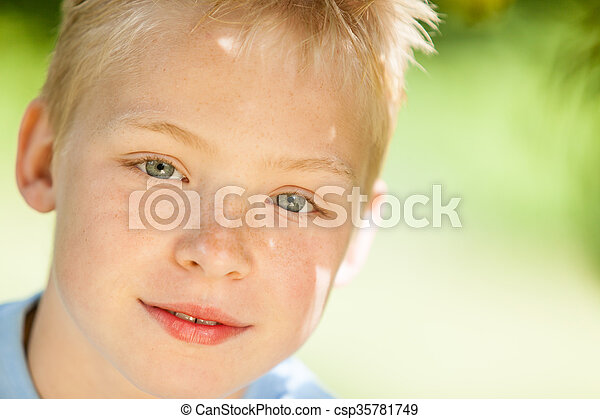 Cerca de un niño guapo - csp35781749