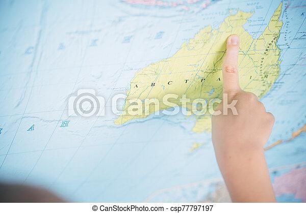niño, poco, mapa del mundo, plano de fondo - csp77797197