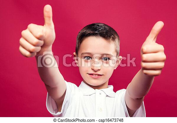 Un niño con pulgares hacia arriba - csp16473748
