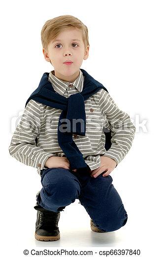 El niño está en cuclillas. - csp66397840
