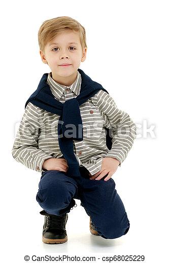 El niño está en cuclillas. - csp68025229
