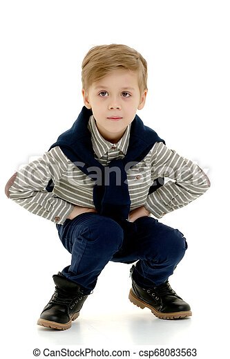 El niño está en cuclillas. - csp68083563