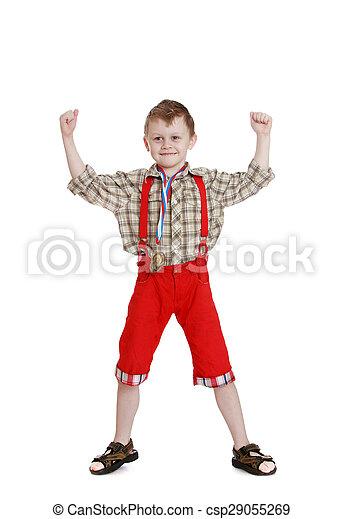 Un chico con pantalones largos y rojos - csp29055269