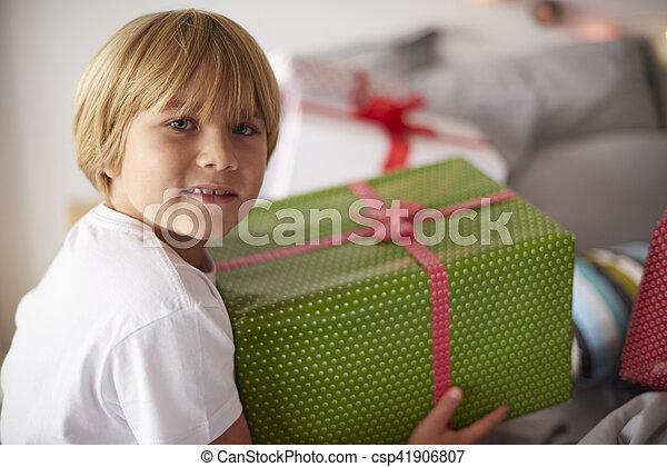 Chico rubio con un gran regalo de Navidad - csp41906807
