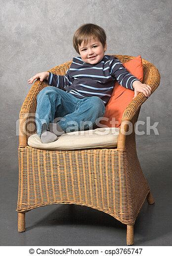 Chico en el sillón - csp3765747