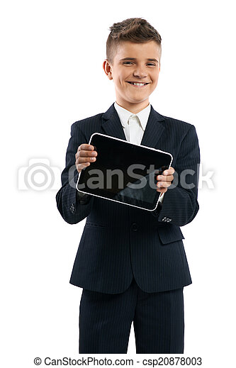 Chico con traje negro mostrando tablet ordenador - csp20878003