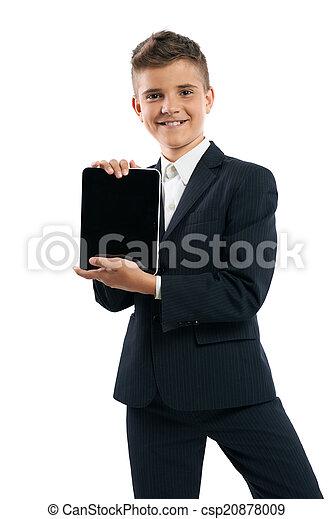 Chico con traje negro mostrando tablet ordenador - csp20878009