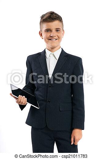 Un chico con traje negro sosteniendo una computadora - csp21011783