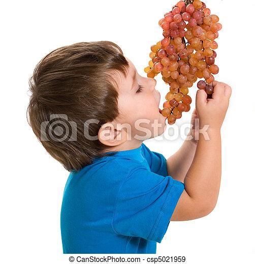 El chico se come una uva - csp5021959
