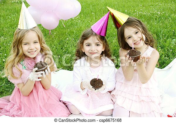 La fiesta de cumpleaños de los niños al aire libre - csp6675168