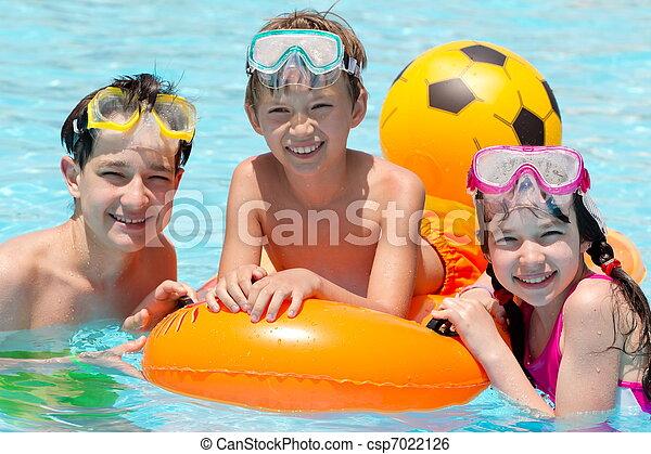 Niños en la piscina - csp7022126