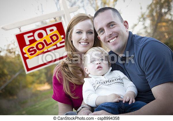 nieruchomość, rodzina, sprzedany, młody, znak, przód, szczęśliwy - csp8994358