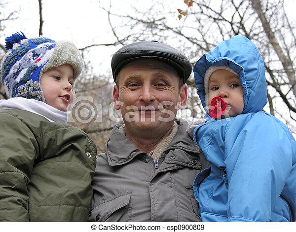Abuelo nietos - csp0900809