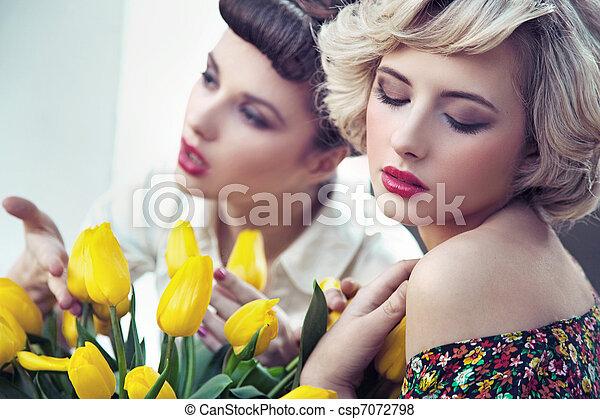 Dos hermosas ninfas de flores - csp7072798