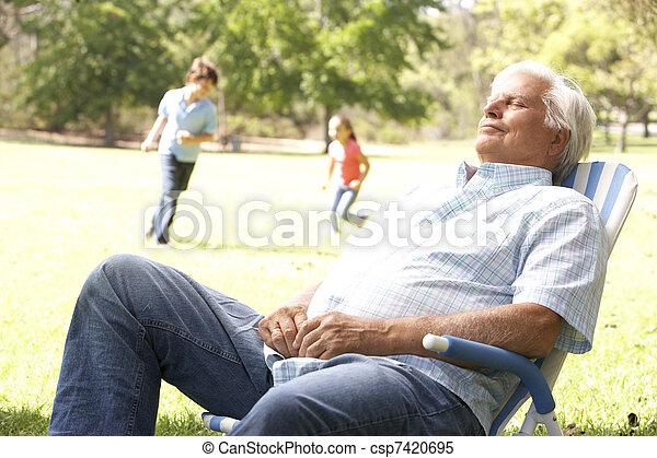nipoti, rilassante, parco, fondo, uomo senior - csp7420695