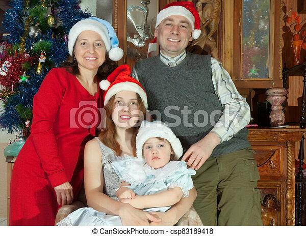 noël chapeaux, portrait, famille heureuse - csp83189418