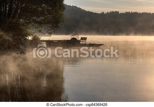 nožní, predni, východ slunce, nad, pilíř, člun, jezero, jezero, čech, lipno, ráno, léto, mlha, vyton, republika - csp84369426