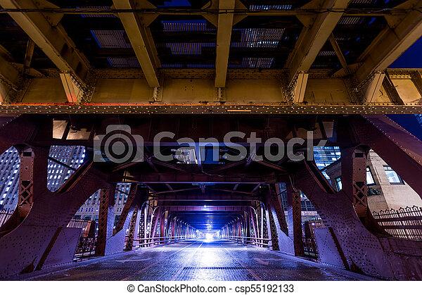 El puente del tren del centro de Chicago por la noche - csp55192133