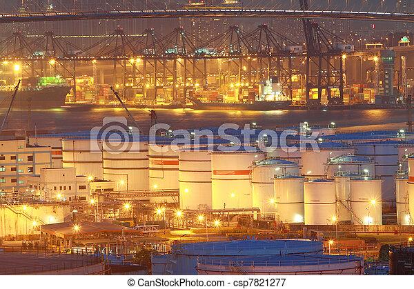 Tanques de petróleo por la noche en la terminal de contenedores - csp7821277