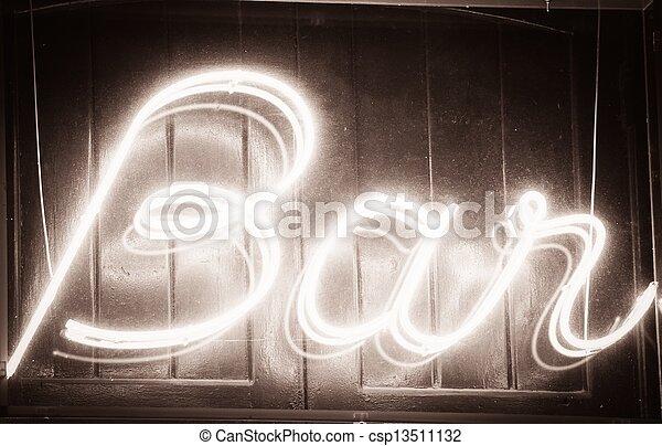 Un letrero brillante de bar por la noche - csp13511132