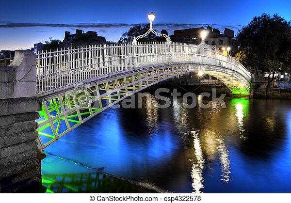El puente ha'penny en Dublín, Irlanda, por la noche - csp4322578