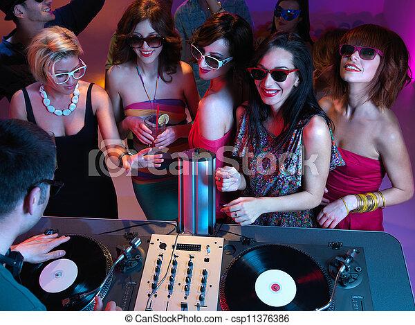 Noche de chicas - csp11376386