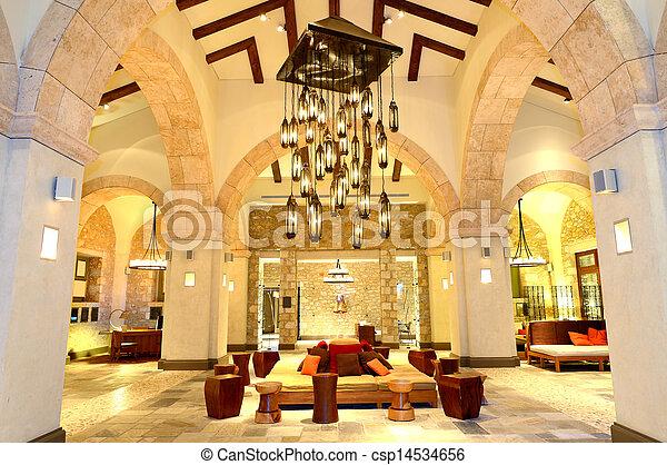 El gran candelabro en el vestíbulo del hotel de lujo en iluminación nocturna, Peloponnes, Grecia - csp14534656
