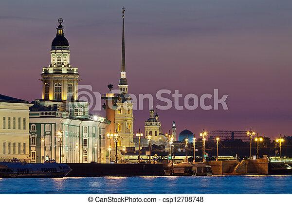 La vista íconica de las noches blancas de San Petersburgo - csp12708748
