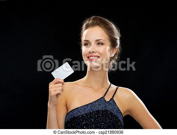 noite, crédito, mulher segura, sorrindo, vestido, cartão - csp21880936