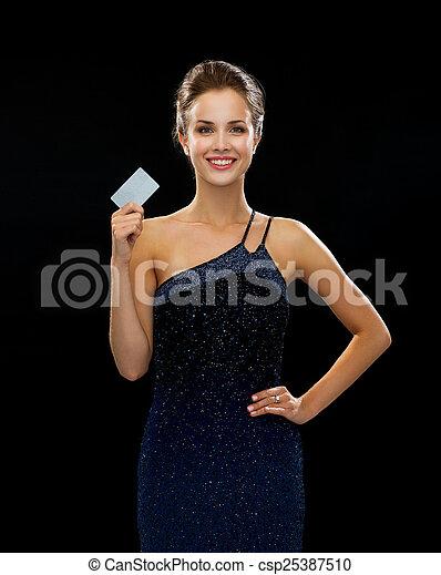 noite, crédito, mulher segura, sorrindo, vestido, cartão - csp25387510
