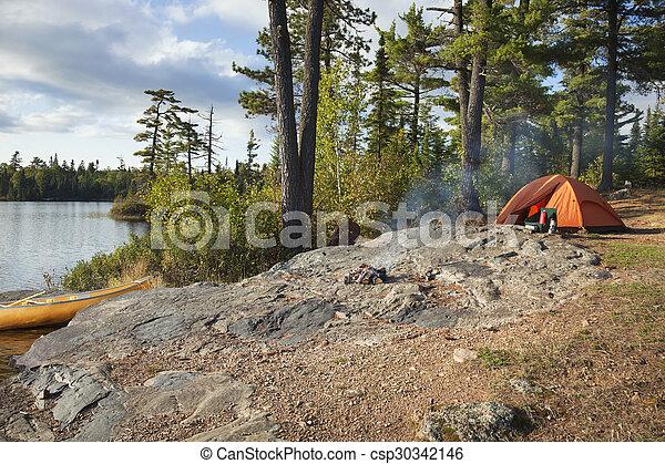 Campamento en los límites lago en el norte de Minnesota - csp30342146