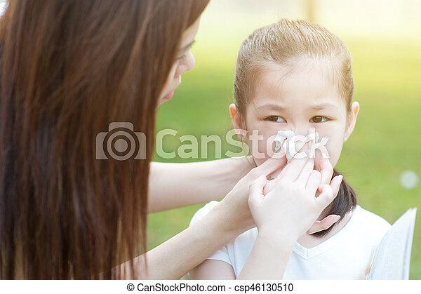 Alergia. Una niña que sopla la nariz. - csp46130510