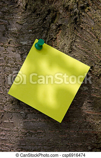 Una nota amarilla en un árbol - csp6916474