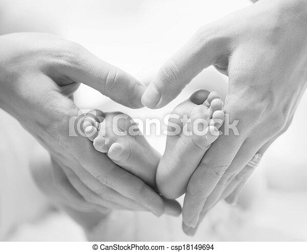 nouveau né, formé, bébé, minuscule, pieds, closeup, femelle transmet, coeur - csp18149694