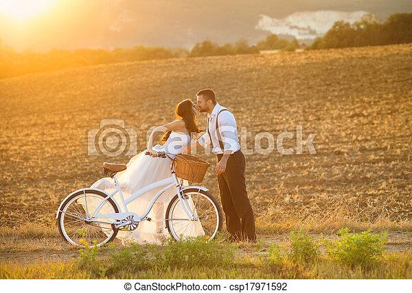 Novia y novio con una bicicleta de boda blanca - csp17971592