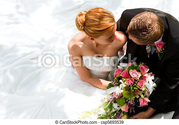 Pareja de bodas, novia y novio - csp5693539